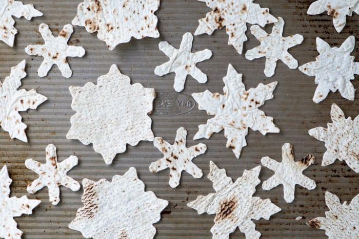 Hacer chips de pita copos de nieve al horno para guacamole y hummus ~ theviewfromgreatisland.com