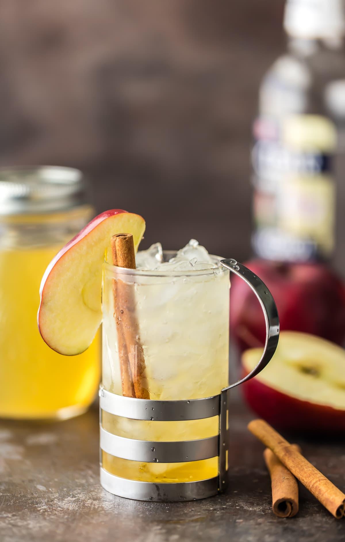 Spritzer de tarta de manzana hecho con vodka de manzana
