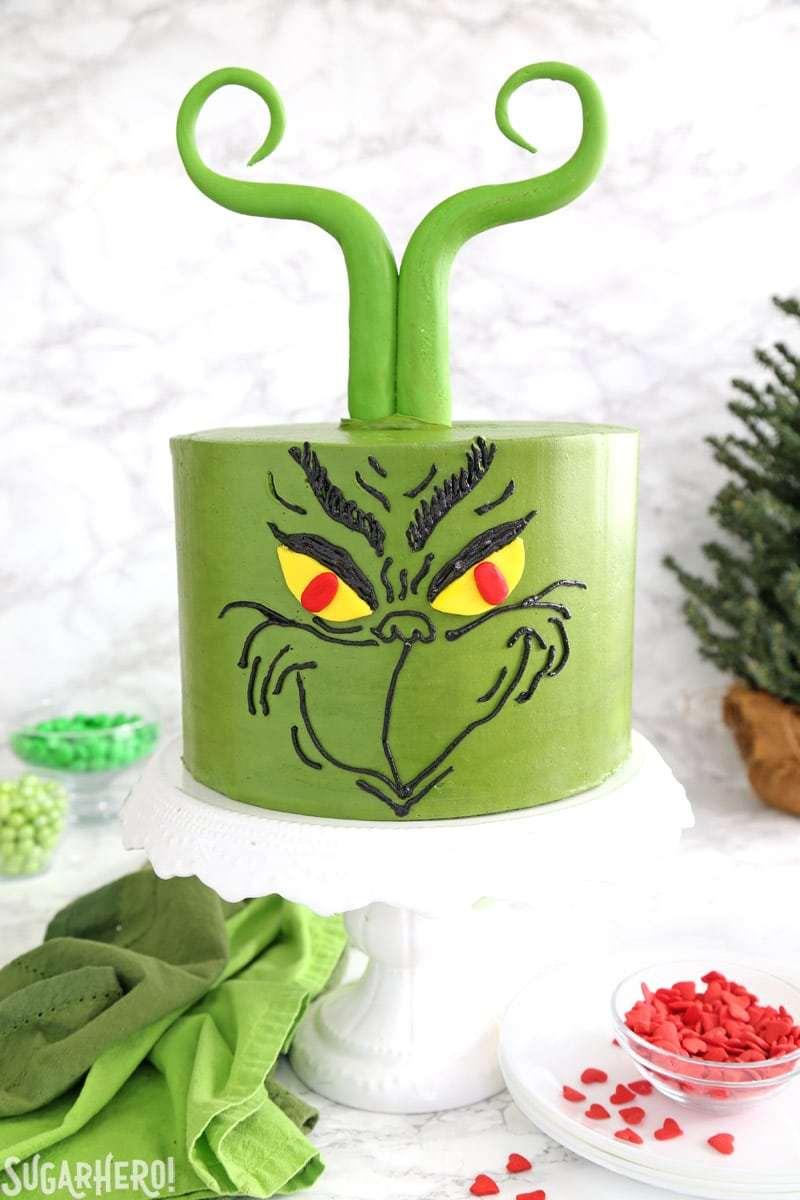 Pastel de Grinch: pastel verde decorado con la cara y el fondant de Grinch. Pelo similar a Grinch   De SugarHero.com