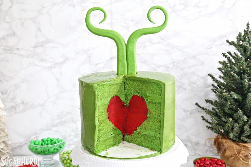Pastel de Grinch - dentro del pastel verde de Grinch, que contiene un corazón rojo brillante   De SugarHero.com