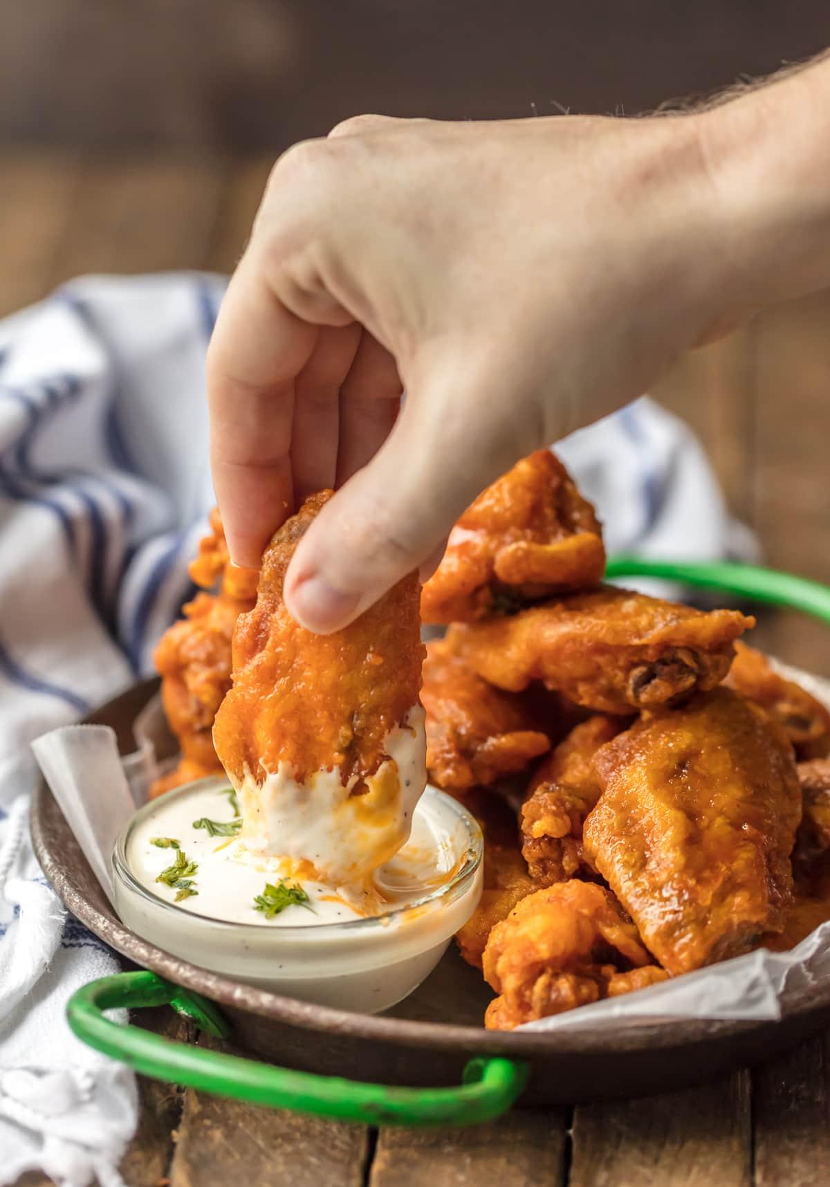 ¡Las MEJORES ALAS DE BÚFALO FRITAS que resultan estar SIN GLUTEN! Alitas de pollo búfalo fritas picantes, perfectas para chupar rueda, el Super Bowl y todos los días en el medio.