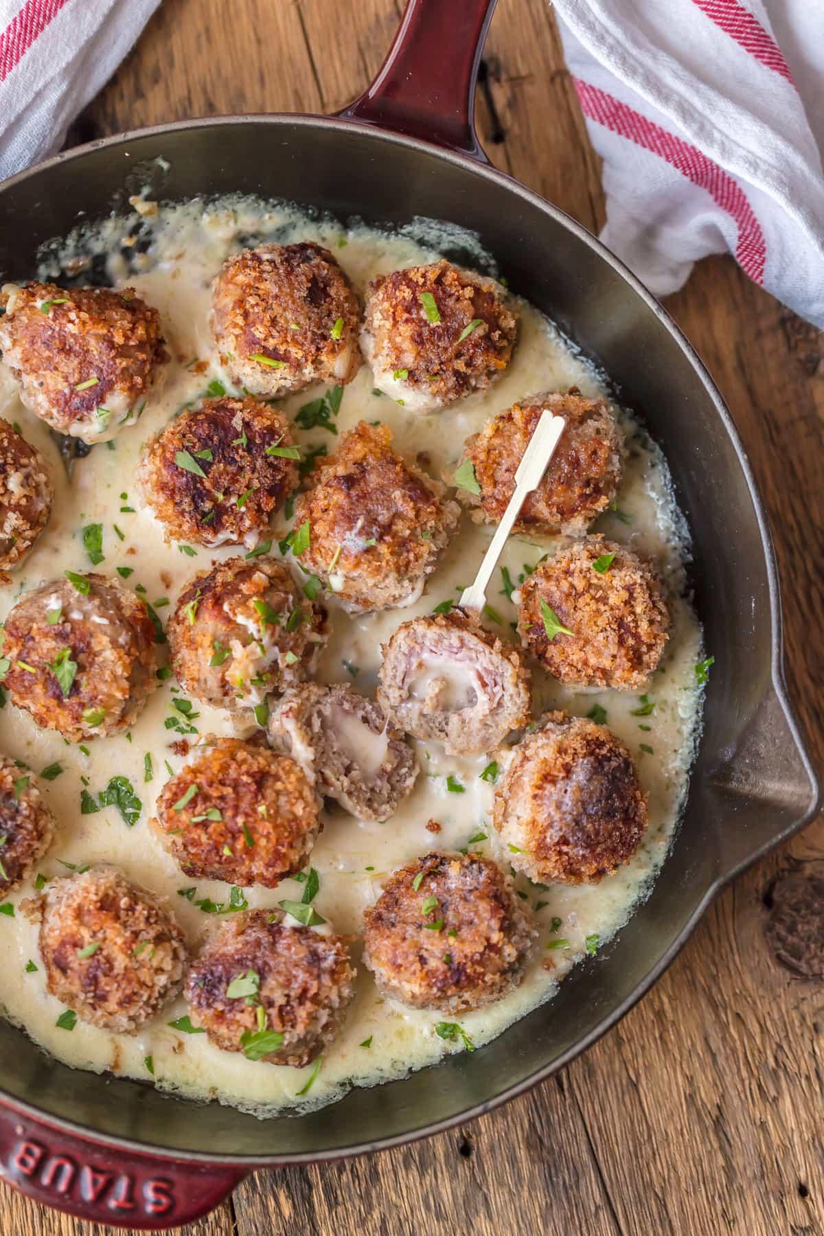 CHICKEN CORDON BLEU MEATBALLS, ¡el aperitivo navideño más increíble! Albóndigas de pollo rellenas de suizo y jamón y cocinadas en salsa de vino blanco. ¡Podría comer esto para cada comida!