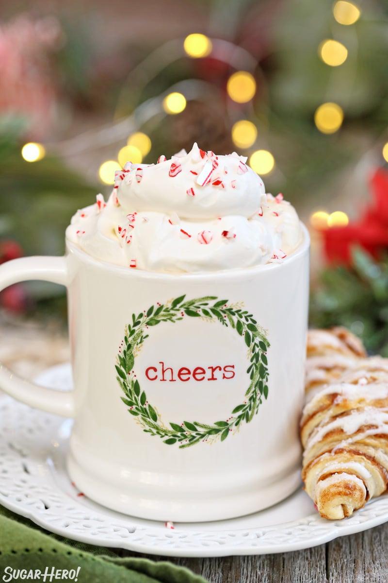 Affogato de menta - Taza de Navidad llena de café y cubierta con crema batida y trozos de bastón de caramelo   De SugarHero.com
