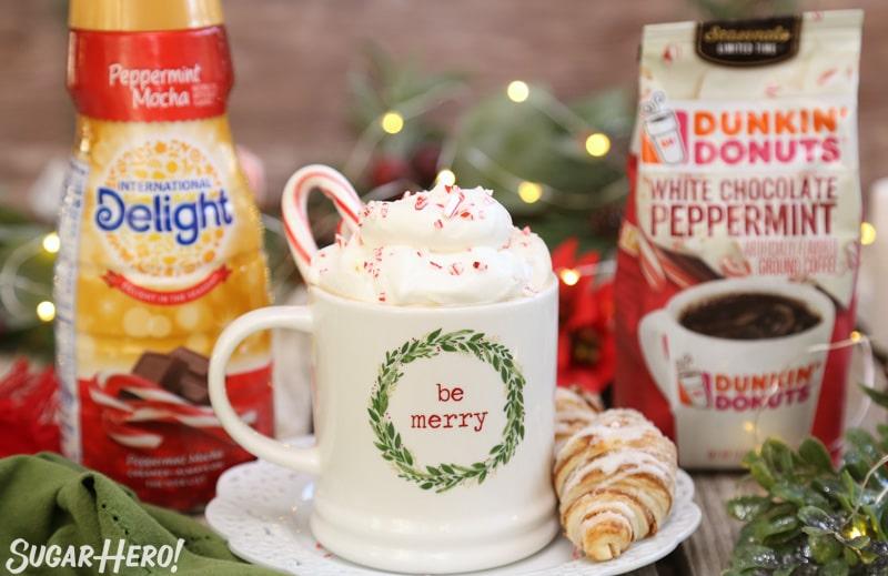 Affogato de menta - taza de café con crema batida y trozos de bastón de caramelo, rodeado de un paquete de café y crema   De SugarHero.com
