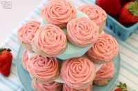 Galletas de fresa heladas hechas agregando fresas frescas a una simple masa de galleta de azúcar. ¡No es necesario extenderse ni enfriarse! Simplemente hornee y cubra con mi increíble glaseado de crema de mantequilla de fresa. ¡Las galletas de fresa fáciles con una rosa rosa súper simple, por lo que tienen un sabor increíble y también son bonitas!