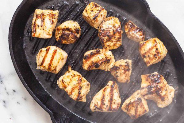 Brochetas de pollo griego con pan plano y salsa de yogurt (Chicken Souvlaki)