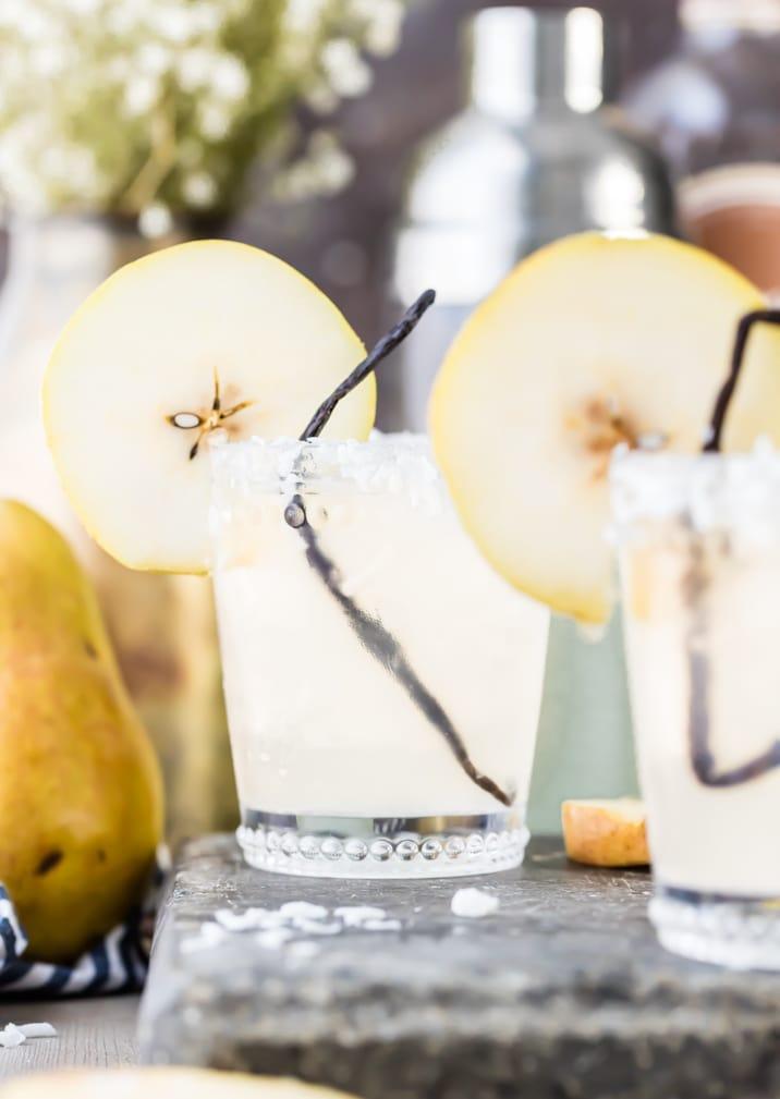 dos vasos de pera, vainilla y coco