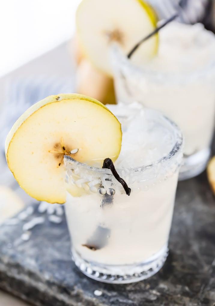 dos vasos llenos de cócteles de vodka de coco
