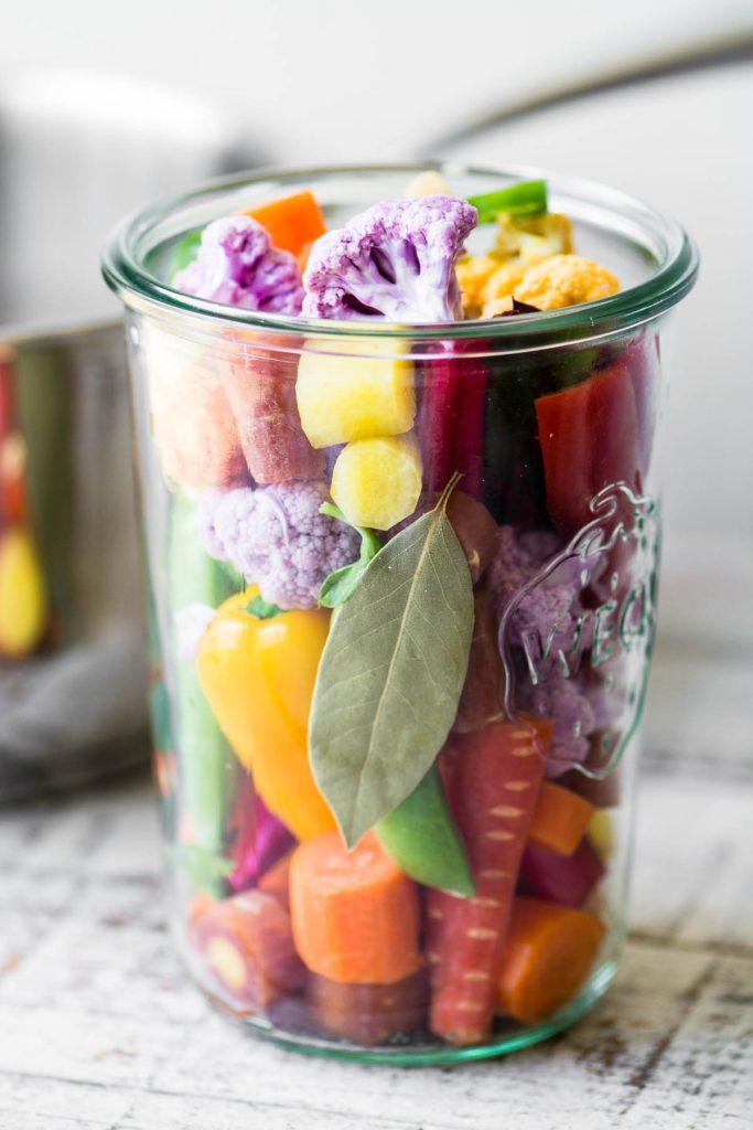 Verduras coloridas empacadas en un frasco de conservas para giardiniera