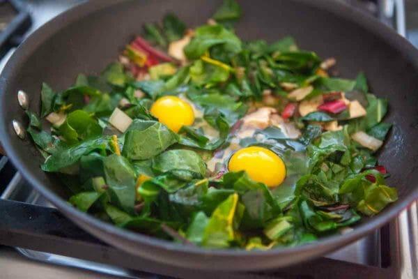 acelgas huevos crudos en sartén