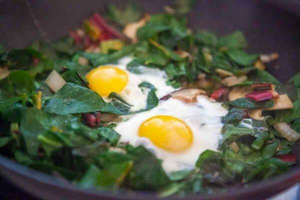 acelgas huevos cocidos en sartén