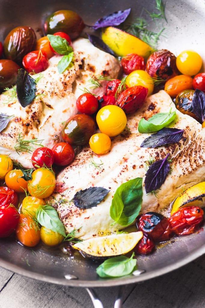 Pescado blanco fácil con tomates cherry en ráfaga