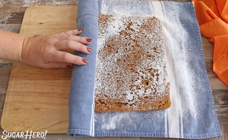 Rollo de calabaza estampada: una foto del rollo de calabaza enrollado en una toalla de algodón. El | De SugarHero.com