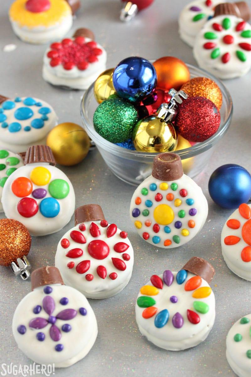 Adornos navideños de galletas Oreo - grupo de galletas navideñas dispuestas alrededor de un tazón de adornos coloridos | De SugarHero.com