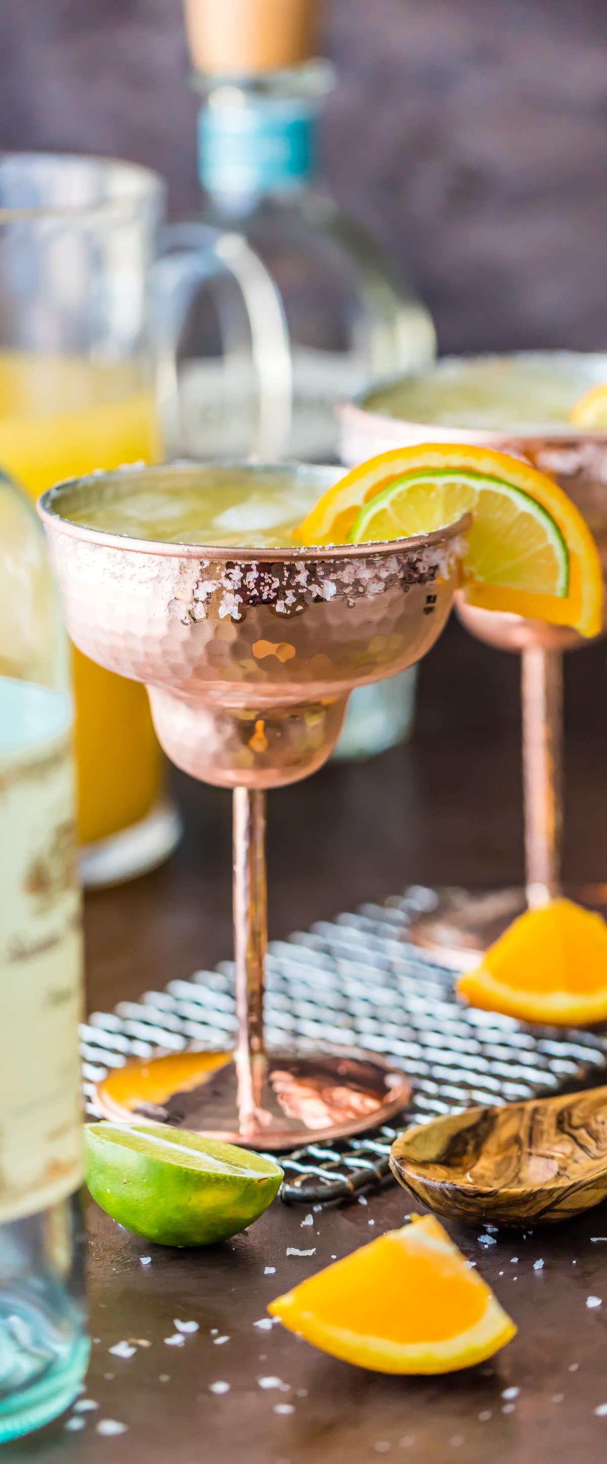 ¡Saludos con una MARGARITA DE VINO BLANCO! Esta receta fácil para Margaritas de vino blanco para una multitud hace un lanzador rápido de las mejores margaritas, ¡simple y refrescante!