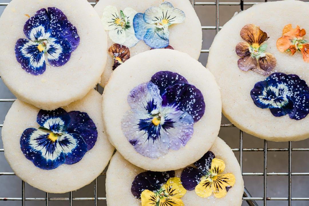galletas de mantequilla de pensamiento colorido