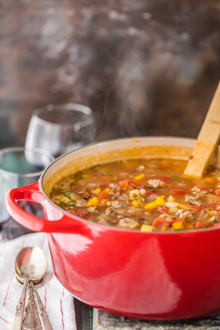 sopa de lentejas y salchichas en una olla roja