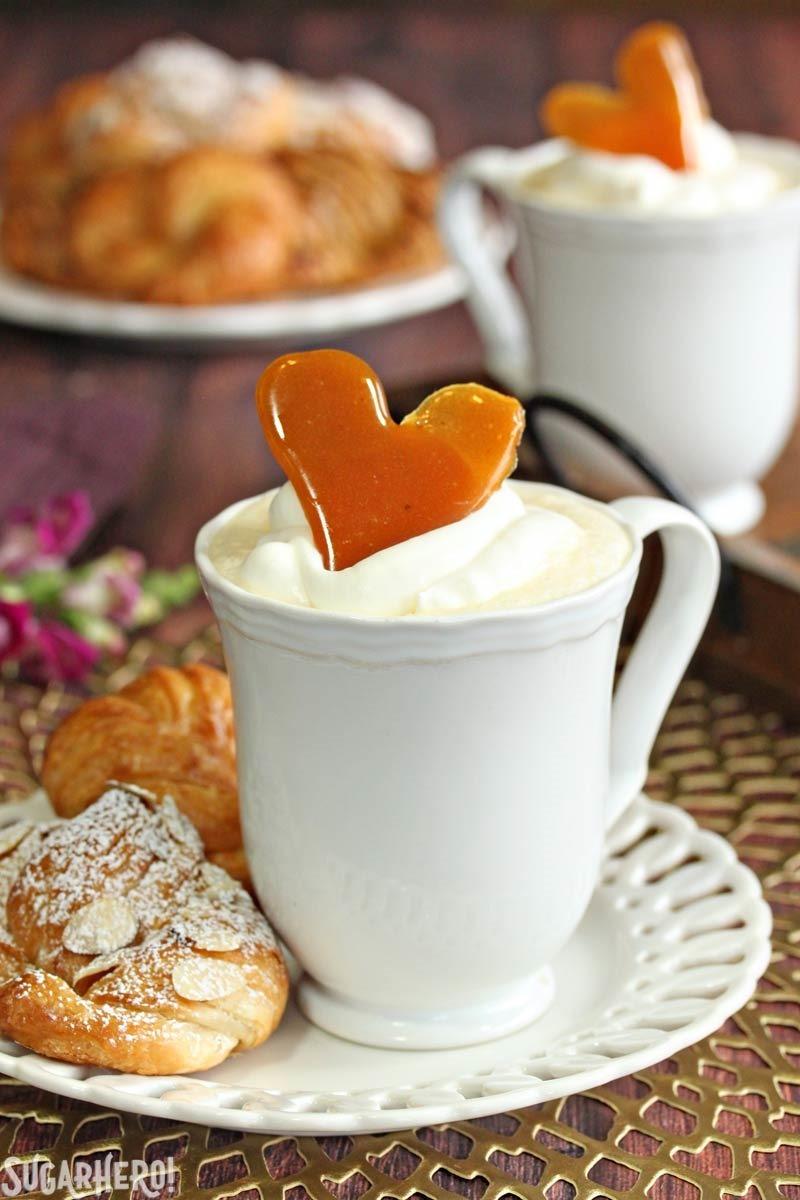 Crème Brulee White Hot Chocolate - chocolate blanco caliente, aromatizado con vainilla y cubierto con crujiente de azúcar caramelizada. El   De SugarHero.com