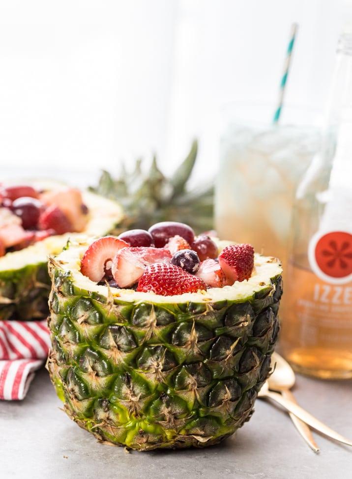 ¡Ensalada de frutas súper fácil en tazones de piña! ¡Nada grita más en verano que la ensalada de frutas servida en un tazón de piña o en un bote! ¡Muy divertido, sabroso y FÁCIL!