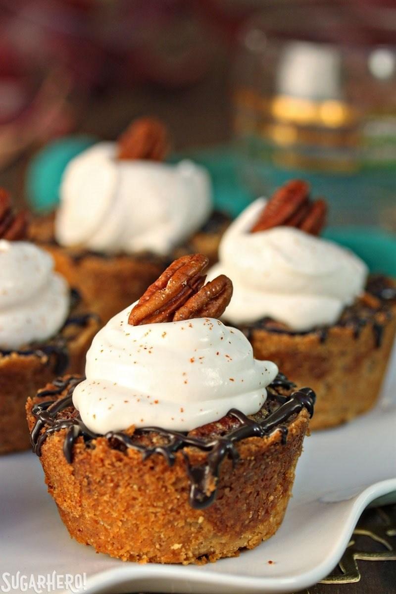 Mini pasteles de nuez | De SugarHero.com