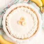 vista aérea de pastel de crema de plátano entero