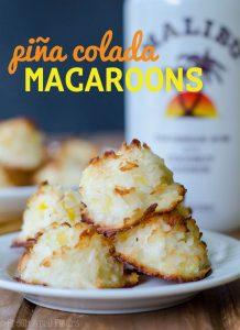 Macarrones de piña colada: macarrones de coco fáciles rellenos de piña triturada y con un toque de ron de coco.