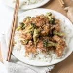 El pollo al sésamo se complementa con una mezcla de jengibre cortado en cubitos, vinagre de vino tinto, salsa hoisin, salsa de soja y cubierto con brócoli y semillas de sésamo y una adición opcional de maní.