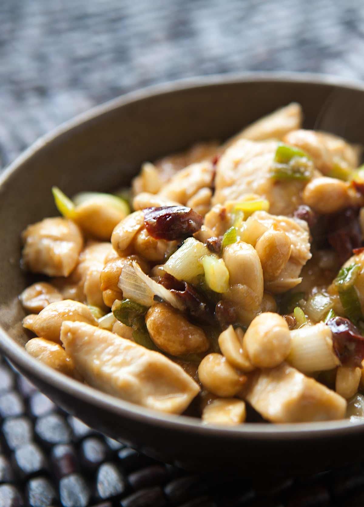 """Kung Pao Chicken """"data-pin-description ="""" ¡Omita la comida para llevar y haga este Kung Pao Chicken en casa! Este sofrito chino picante y dulce está hecho con chiles picantes, granos de pimienta de Szechwan, ajo, jengibre y maní sin sal. Servir con arroz para una comida entre semana. #chinesefood #kungpao #chicken #simplyrecipes """"data-pin -cipe ="""" 9838 """"srcset ="""" data: image / gif; base64, R0lGODlhAQABAAAAACH5BAEKAAEALAAAAAABAAEAAAICTAEAOw == """"tamaños ="""" (max-anchoc: 1200x svp, 1200p, sxpc-s: = """"https://cocinarrecetasdepostres.net/wp-content/uploads/2019/11/Pollo-kung-pao.jpg 1200w, https://www.simplyrecipes.com/wp-content /uploads/2010/06/kung-pao-chicken-vertical-a-1200-216x300.jpg 216w, https://www.simplyrecipes.com/wp-content/uploads/2010/06/kung-pao-chicken- vertical-a-1200-768x1068.jpg 768w, https://www.simplyrecipes.com/wp-content/uploads/2010/06/kung-pao-chicken-vertical-a-1200-737x1024.jpg 737w, https: //www.simplyrecipes.com/wp-content/uploads/2010/06/kung-pao-chicken-vertical-a-1200-348x484.jpg 348w, https://www.simplyrecipes.com/wp-content/uploads /2010/06/kung-pao-chicken-vertical-a-1200-200x278.jpg 200w, https://www.simplyrecipes.com/wp-content/uploads/2010/06/kung-pao-chicken-vertical- a-1200-600x834.jpg 600w """"datos-tamaños ="""" auto """"data-src ="""" https: // www. simplyrecipes.com/wp-content/uploads/2010/06/kung-pao-chicken-vertical-a-1200.jpg """"/>                   <p>Crédito de fotografía: Elise Bauer </p><div class="""