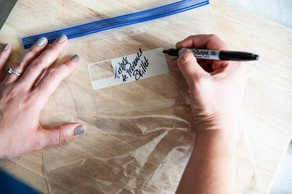 Skillet Chicken: manos que etiquetan una bolsa con cremallera
