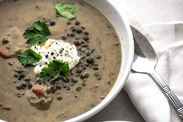 Un tazón de sopa de caldo de hueso de lentejas