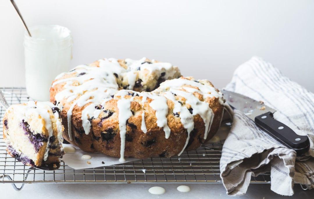Hacer un pastelillo de muffins de arándanos con una llovizna de yogur