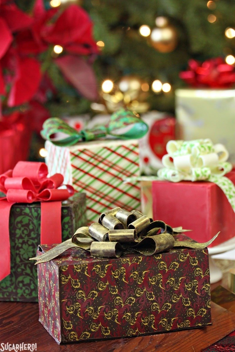 Tartas de regalo envueltas en chocolate - ¡Mini tortas envueltas en chocolate comestible que parecen regalos! El | De SugarHero.com