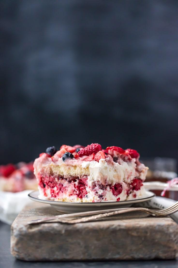 tiramisú de arándanos, frambuesas y fresas en un plato pequeño