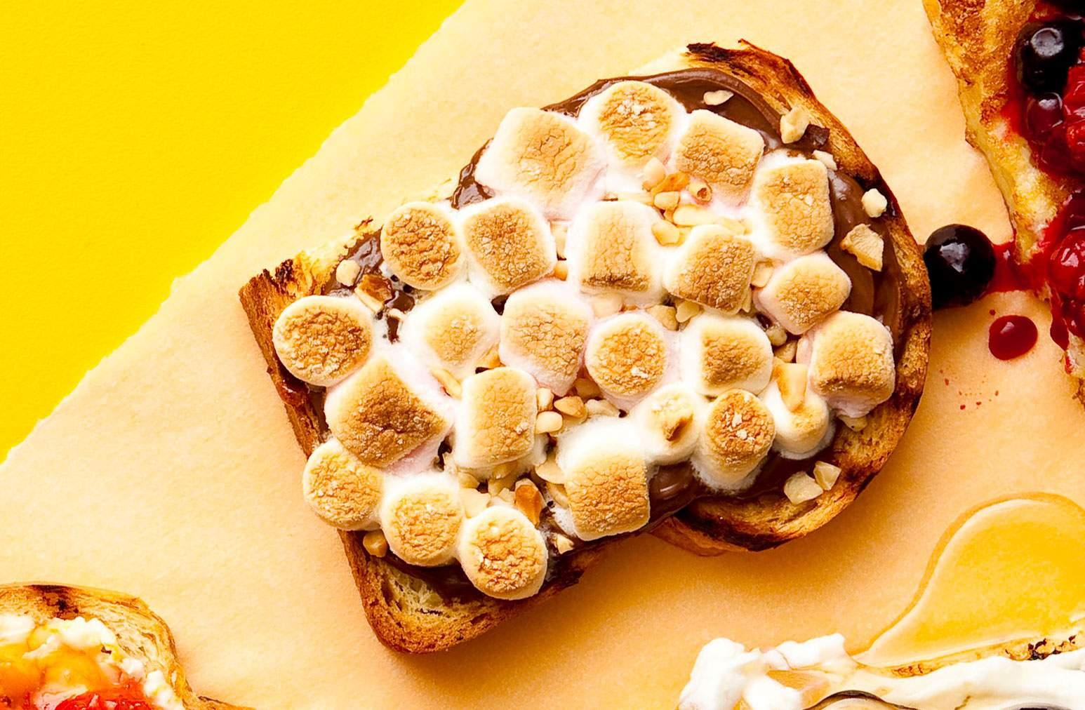 Topper de tostadas de malva y chocolate con nueces Una manera maravillosamente pegajosa de comenzar el día o satisfacer a los golosos.