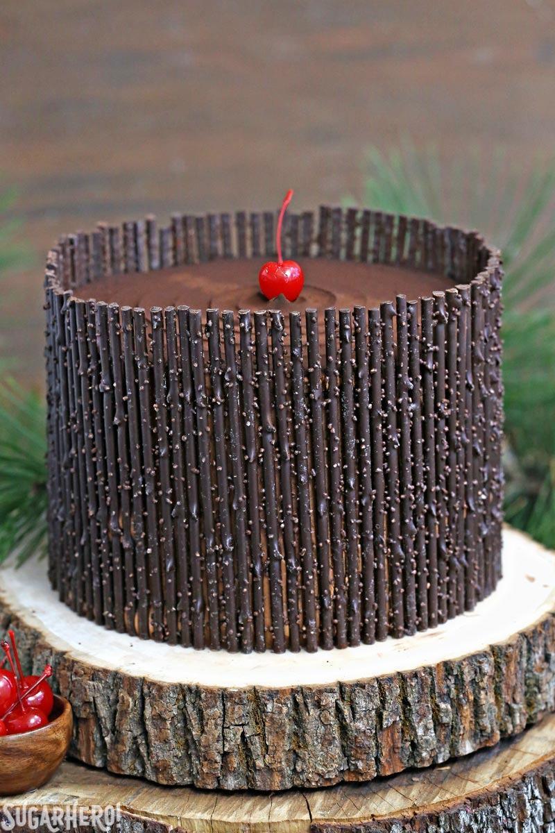 Black Forest Cake - ¡el clásico pastel de chocolate y cereza! ¡Pastel de chocolate, relleno de cerezas y ramitas de chocolate! El | De SugarHero.com