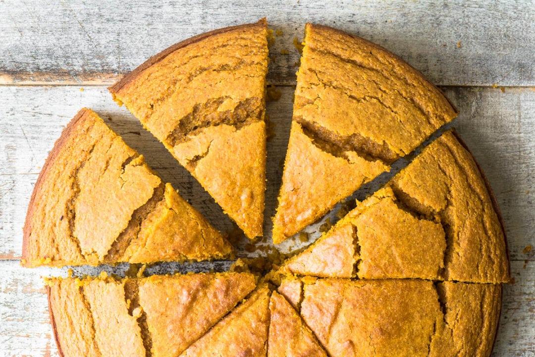 Pan de maíz de calabaza en una mesa de madera