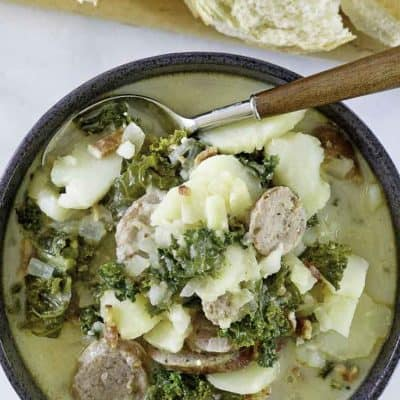 un tazón de sopa de papa y salchicha con col rizada