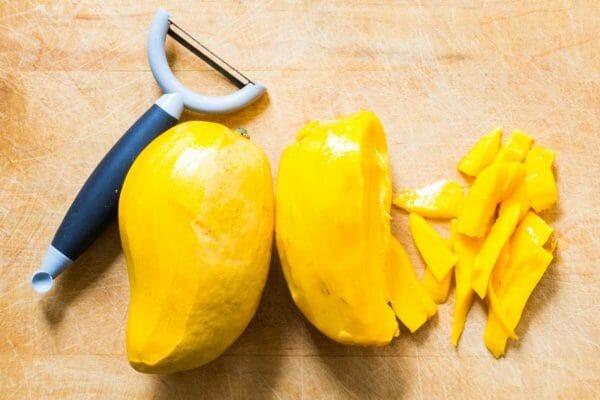 Ensalada de pollo al curry pelar el mango