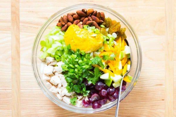 Ensalada de pollo al curry con manzanas mezclar la ensalada