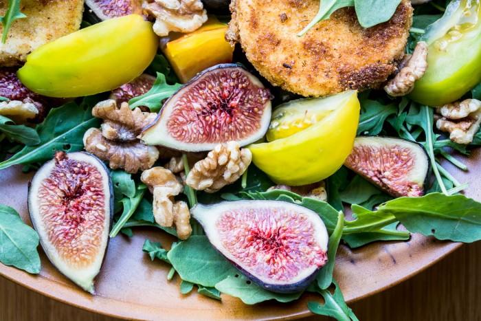 saludable ensalada de verano de rúcula, higos y queso de cabra frito