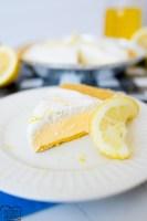 tarta de limonada congelada, hecha y servida.