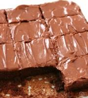 ¡La mejor receta clásica de brownie hecha con ingredientes básicos y horneada a la perfección con chocolate! El glaseado de chocolate fácil es increíble. ¡Estos son realmente los MEJORES BROWNIES!