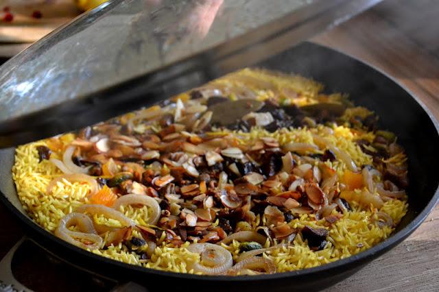 Arroz persa adornado al vapor en una sartén
