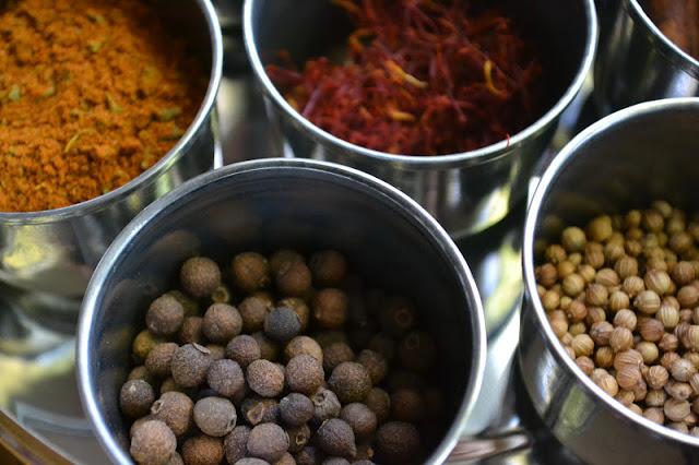 Especias para arroz persa con joyas en recipientes metálicos