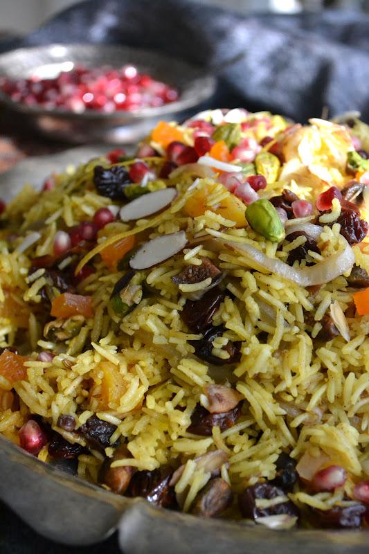 Un montículo de arroz persa con joyas
