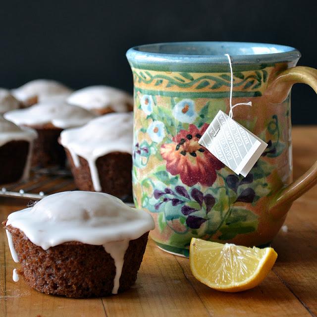 Muffins de pan de jengibre con glaseado de limón y una taza de té