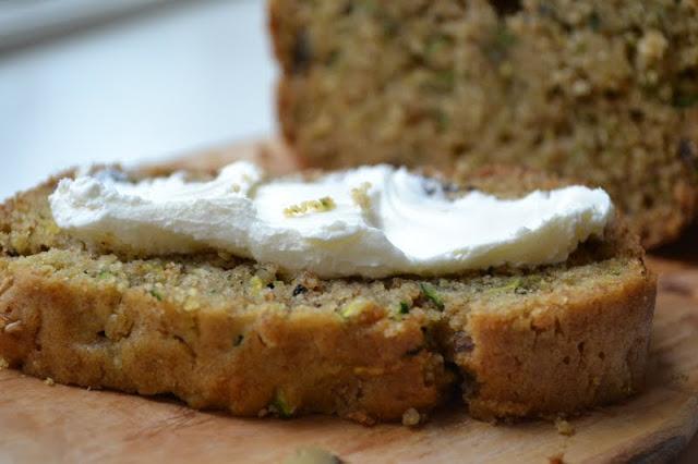 Una rebanada de pan de calabacín clásico con queso crema