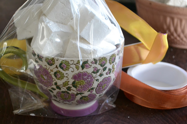 Malvaviscos caseros de vainilla envueltos en una taza