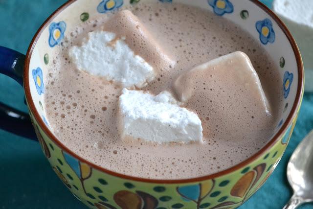 Chocolate caliente con malvaviscos caseros de vainilla