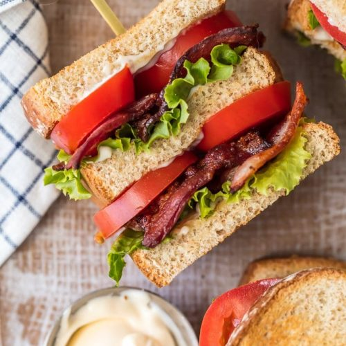 BLT Sandwich Sliders son una deliciosa y clásica receta de almuerzo o cena para cualquier ocasión, ¡especialmente las celebraciones de verano! Esta versión más pequeña de una receta clásica de BLT, en capas con tocino crujiente, lechuga fresca y tomate jugoso, es absolutamente deliciosa y a prueba de tontos. Corta el pan en cuartos para un aperitivo o por la mitad para un plato principal perfecto para compartir.